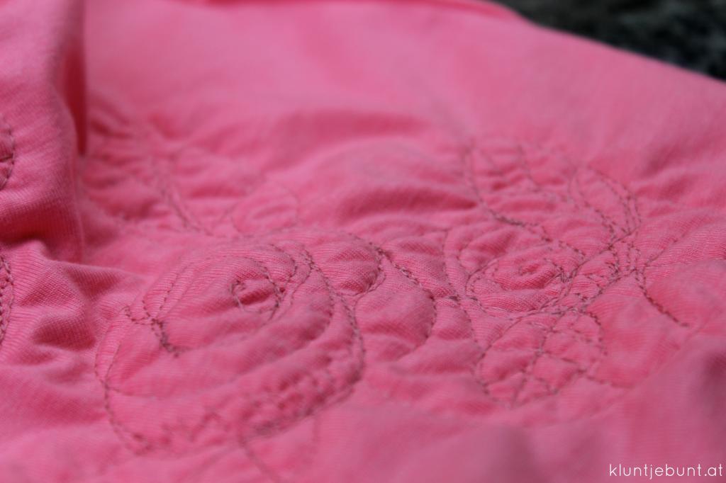 Julie von Schnittreif als Kleid aus pink, rosa Jersey mit Bindegürtel und Freihandstickerei Blume, Rose
