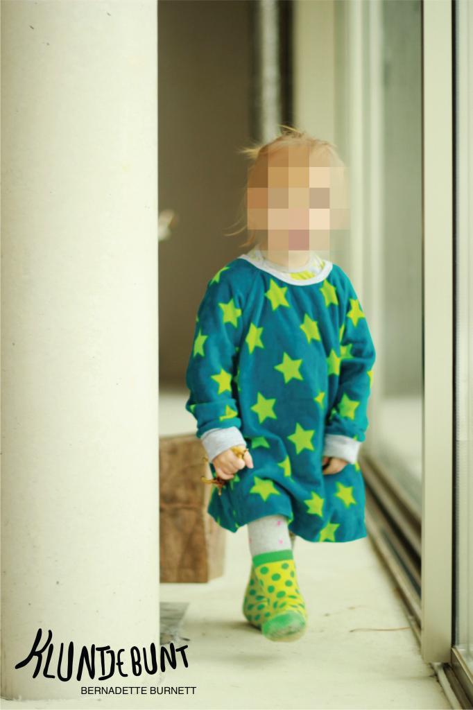 Klimperklein Raglankleid aus Lillestoff GOTS Nicky Stars Petrol/Grün genäht von Bernadette Burnett von Kluntjebunt.